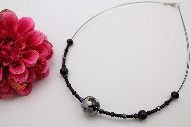 有田焼磁器玉天然石ペンダント(Arvo) 黒釉銀彩桜オニキス