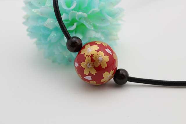 有田焼磁器玉皮紐ペンダント(フリー) 大  赤釉金彩桜