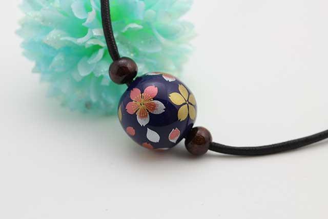 有田焼磁器玉皮紐ペンダント(フリー) 大  瑠璃桜吹雪