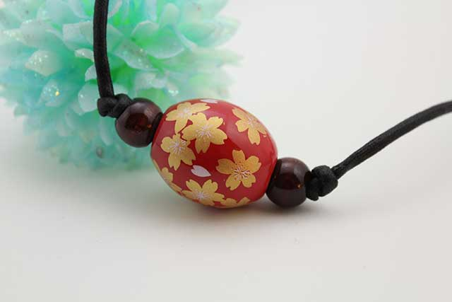 有田焼磁器玉皮紐ペンダント(フリー) 楕円  赤釉金彩桜