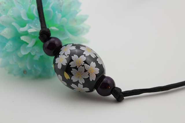 有田焼磁器玉皮紐ペンダント(フリー) 楕円  黒釉銀彩桜