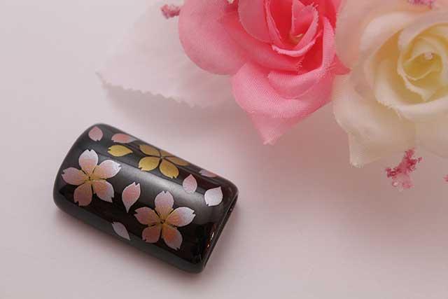 有田焼帯留 黒桜吹雪(ピンク) 筒型